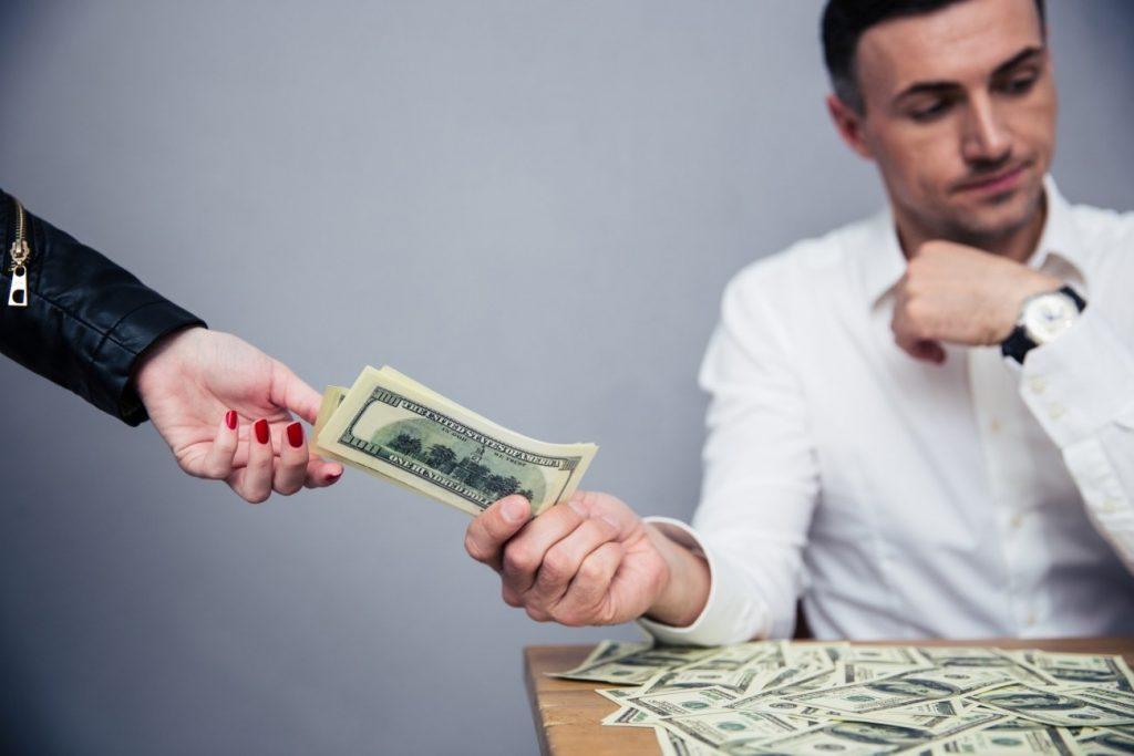 Финансовый управляющий безусловно, является одним из главных действующих лиц при банкротстве физических лиц. Без него не может быть введена процедура, он соблюдает баланс интересов кредиторов и должника, пополняет конкурсную массу, оспаривает сделки банкрота, выдает ему прожиточный минимум и т.д. Лояльный и опытный финансовый управляющий для должника – это 50 % успеха в деле банкротстве (другие 50 % это грамотная юридическая поддержка).